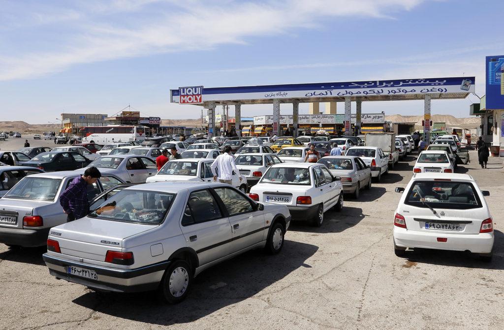 Cars queuing at a petrol station, Tehran, Iran. Credit: Sueddeutsche Zeitung Photo / Alamy Stock Photo. GDW0BP